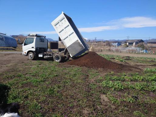 恒例! JAから牛堆肥受け入れました