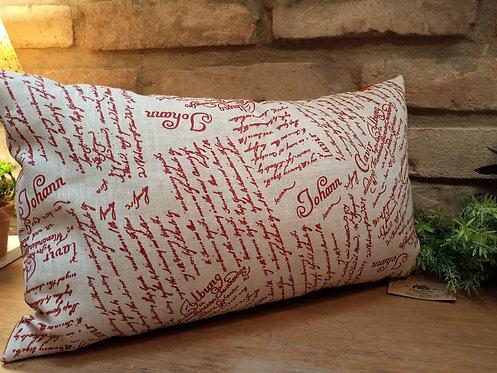 almofada escrita bordô no bege