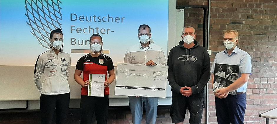 Lisa Ricken und Carsten Muschenich nehmen Preis des GFF entgegen