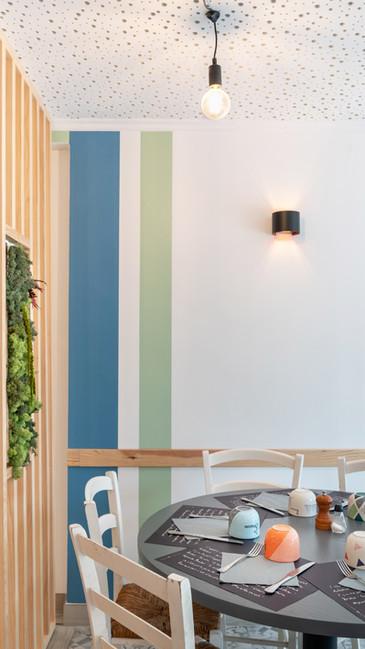 un restaurant tout en couleur et végétation
