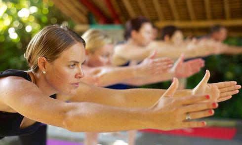 groupe pratiquant yoga cours Bali
