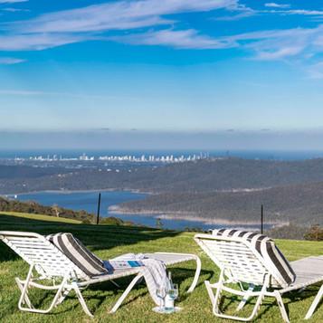 Relax overlooking the Hinze Dam