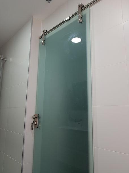 דלת זכוכית נגררת הצידה ללא מסילות על הרצפה