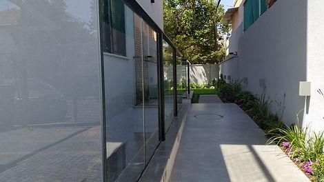 מעקה זכוכית למרפסת מזכוכית טריפלקס 5+5