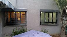 צלון חיצוני אסתטי וקל לתפעול נאסף לחלק העליון של החלון