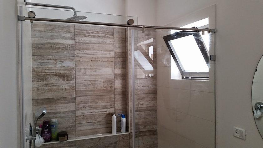 מקלחון הזזה זכוכית ללא מסילת על הרצפה