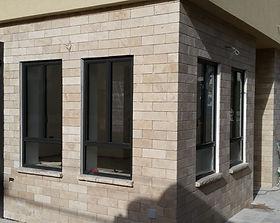 חלונות אלומיניום מעוצבים בסגנון חלון ברזל עם איכויות החלון מאלומיניום. אטום, אמין ועמיד לאורך שנים