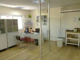 הקמת משרד ממחיצות זכוכית כולל דלתות