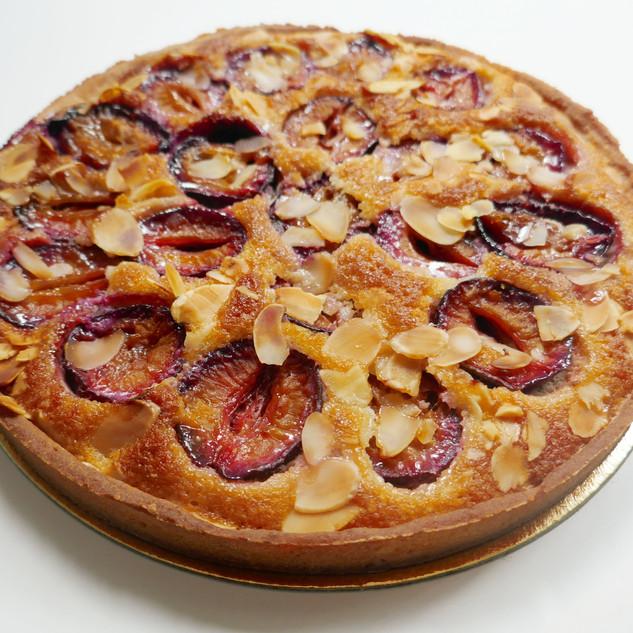* Une pâte sucrée croquante * Une crème d'amande * Des prunes de la cueillette de Servigny  Disponible en tarte de 4, 6, 8 ou 10 parts  3 euros la part  L'amandine se décline également aux groseilles, aux poires ou encore aux abricots selon la saison.  Ingrédients allergènes : gluten, oeuf, fruits à coque, lactose