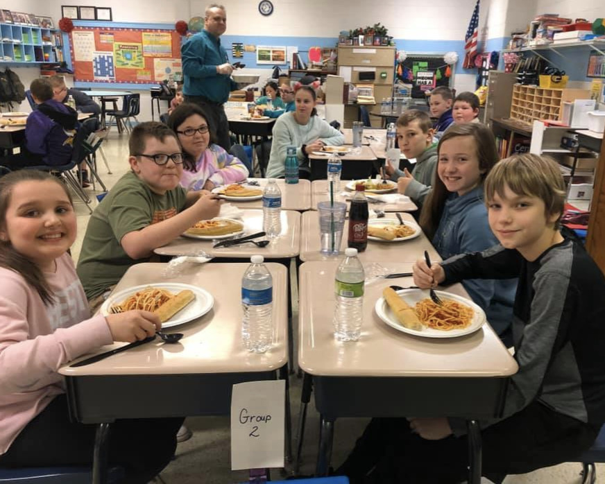 BES students eating lunch