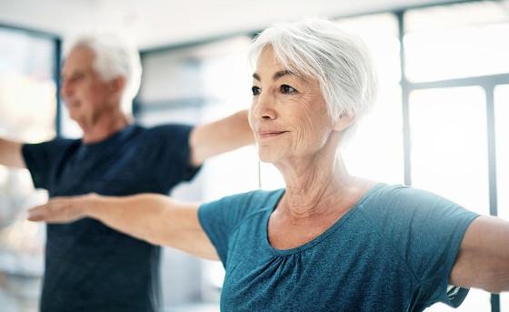 senioren-machen-sport-auch-im-alter-hilf