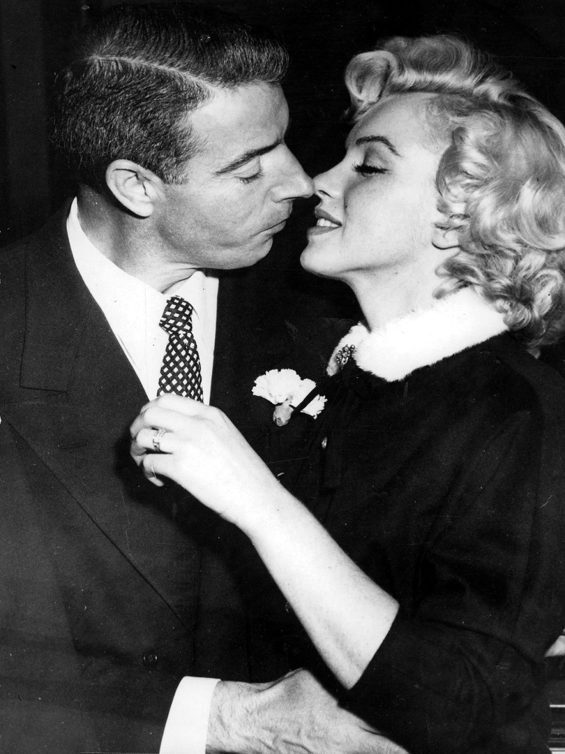 monroe dimaggio kiss wedding-min.jpg