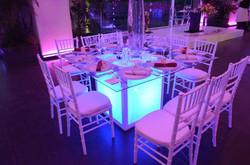 Mesa de cristal iluminada