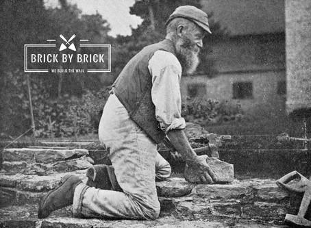 De handen van een metselaar | Brick by Brick