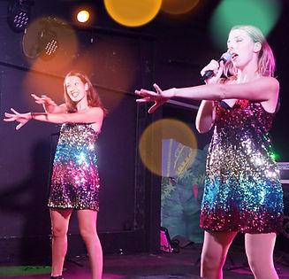 Amélie et Charlotte font danser le public - Live Fever