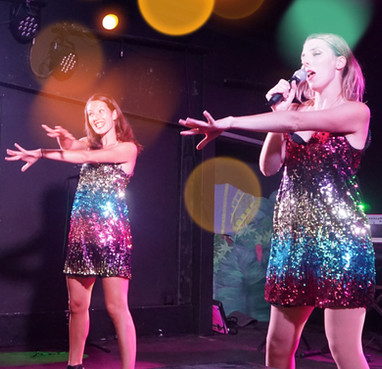 Live Fever - Les danseuses font danser le public