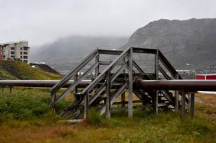 Escalier qui permet d'enjamber un pipeline d'eau
