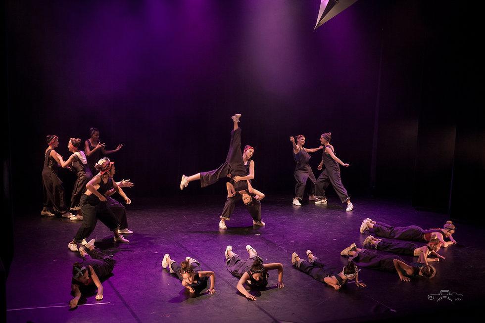 Chorégraphie de street dance avancé dansée par les danseuses du studio vdanse en tenue de spectacle lors d'un gala de fin d'année sur scène au pradet
