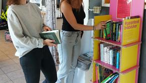 Turnerande bokhylla med #garanteratbraböcker i Hede