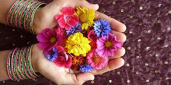 mains-en-coupe-et-fleurs-colorées