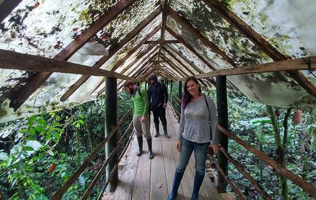 Nancy-Miorelli-guiding-tour-in-Ecuador.j