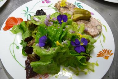 Terrine maison et salade d'été fleurie