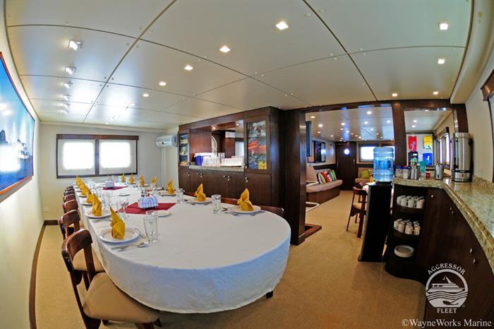 oai-yacht10w700h466crwidth700crheight466