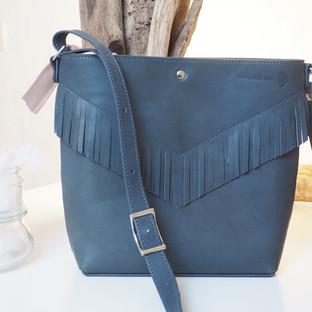 ceci est un sac en cuir à franges bleu gris de la marque Deux petites mains