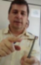 Prof. Eduardo Ramirez com um escorpião amarelo