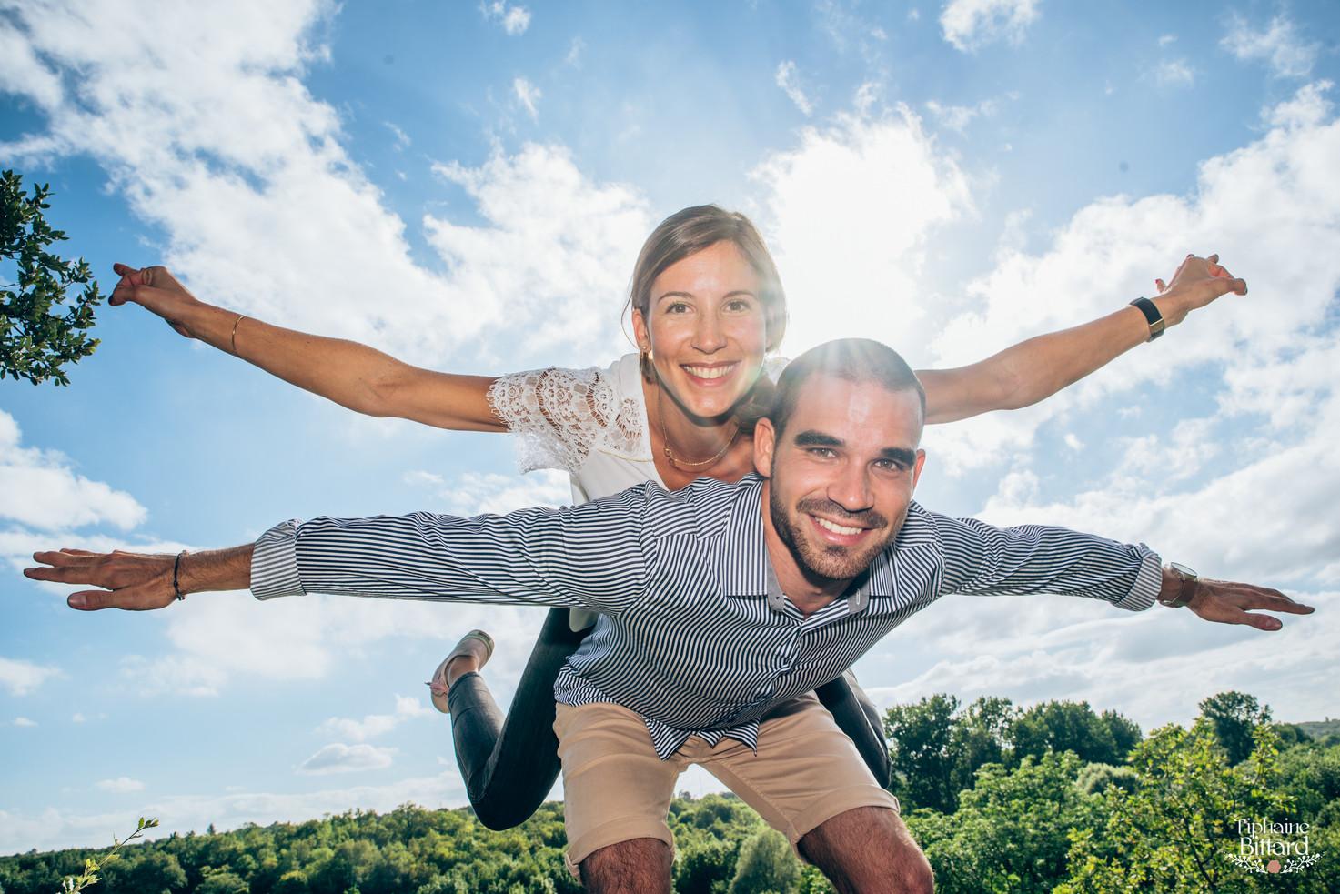 séance couple engagement save the date dans la vallée des eaux claires, Puymoyen