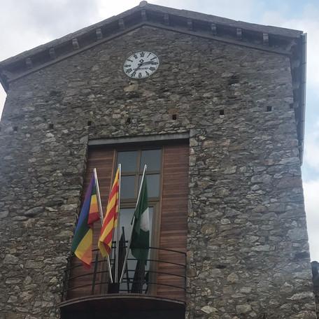 Oneja, per primera vegada, la bandera de l'arc de Sant Martí al balcó de l'Ajuntament