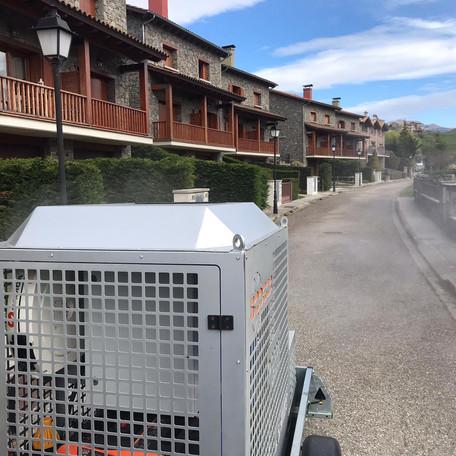 Desinfecció de carrers amb la màquina feta per Sodeca, Pideca i Asmitec cedida pel Consell Comarcal