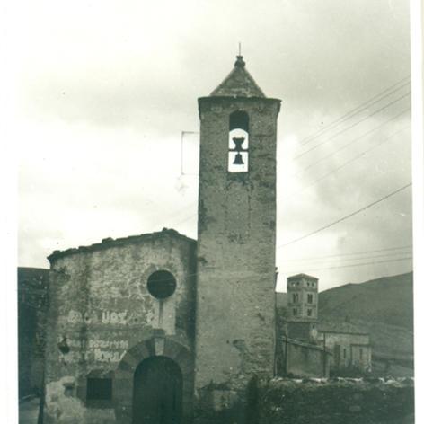 Capella de sant Sebastià de Molló.  A la façana s'hi aprecien les inscripcions ERC, UGT i Front Popular.