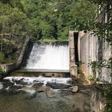 Execució de l'enderroc de la presa del Ritort que permetrà la recuperació fluvial