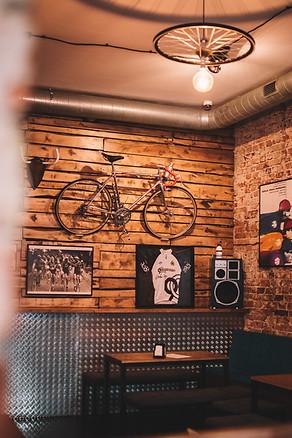sala VINTAGE - cegła, drewno, blacha i rowery of course