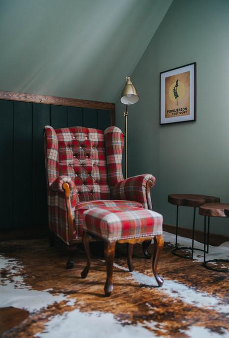 Fotel w czerwoną kratę.jpg