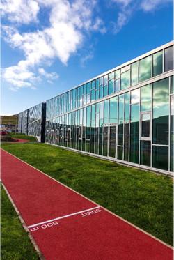 Rundt omkring skolen er en 500 meter lang løbebane.