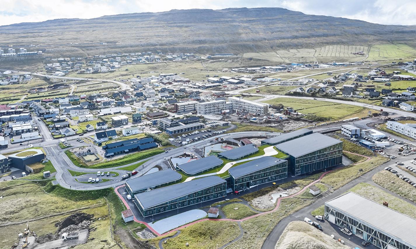 Skolen er placeret på en slette i Tórshavn.