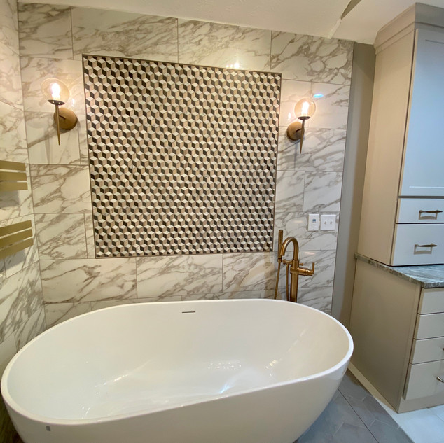Tile accent above tub