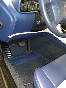 Le tapis de sol reprend le motif des sièges