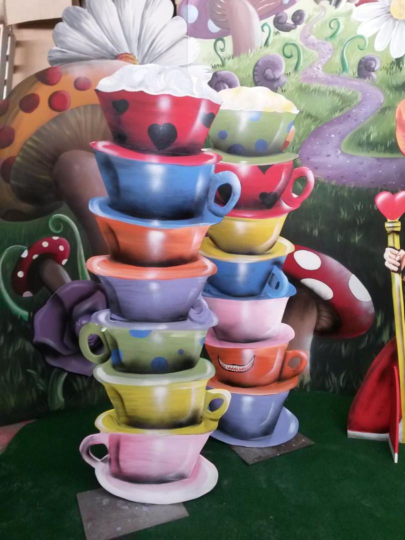 location décor tasses empilées Alice au
