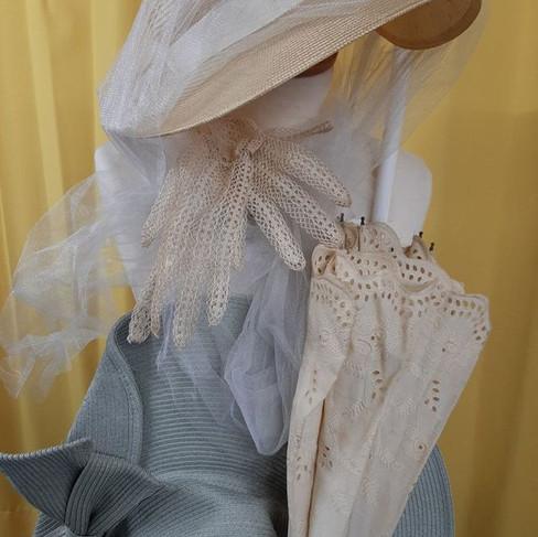 Ombrelle en dentelle et chapeau de printemps rétro