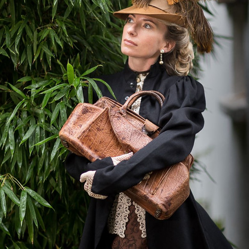 Chapeau borsalino avec plumes et sac en cuir