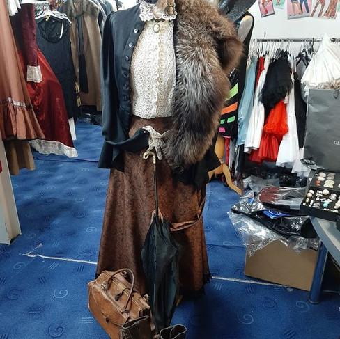Jupe longue marron, chemisier dentelle, veste à basque et chapeau - Fin 19è siècle