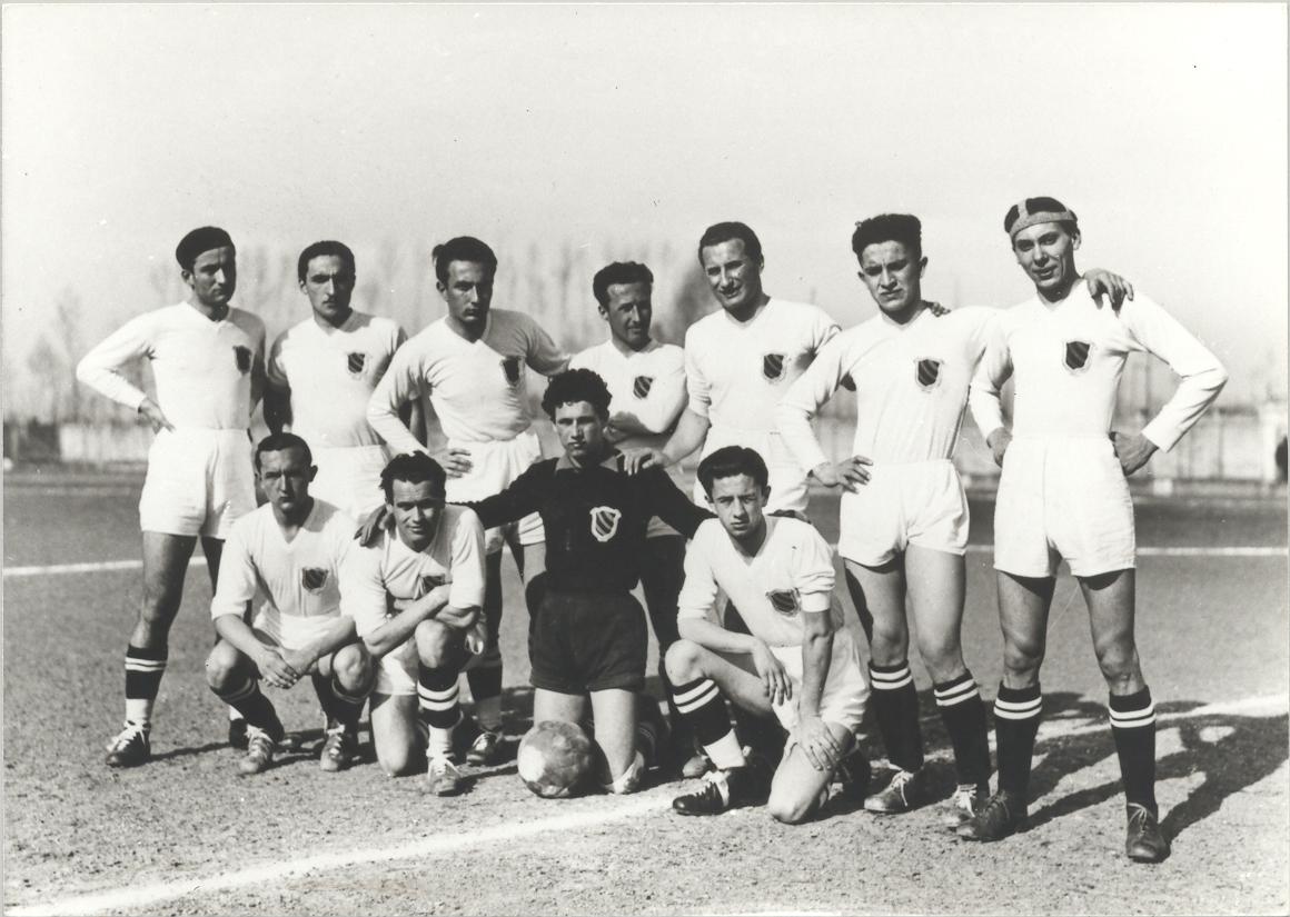 La_squadra_di_calcio_del_collegio_Ghislieri,_Pavia_marzo_1937._Teresio_è_il_secondo_in_piedi_da_sini
