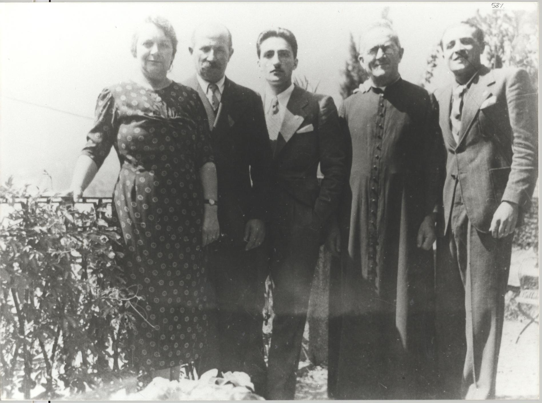 La famiglia Olivelli; da sinistra i genitori del SdD, Teresio, lo zio Mons. Invernizzi e il        f