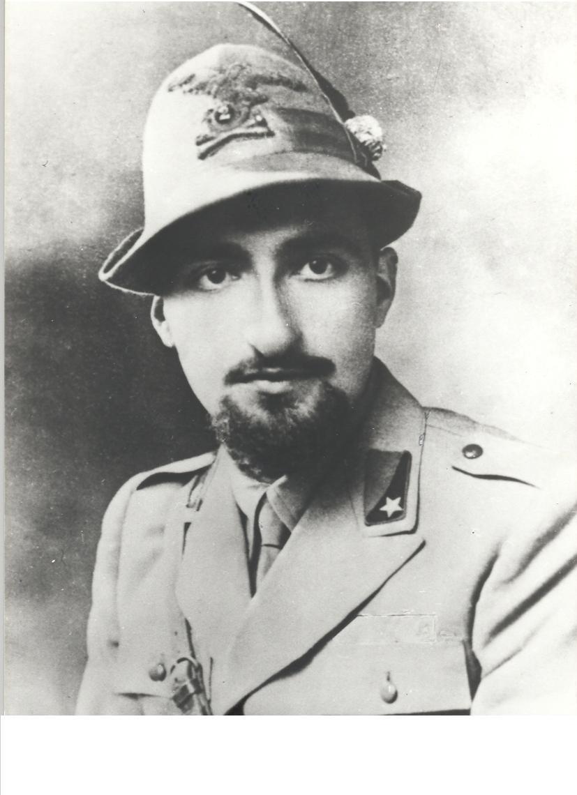 In divisa da ufficiale degli alpini, con il cappello, marzo 1942