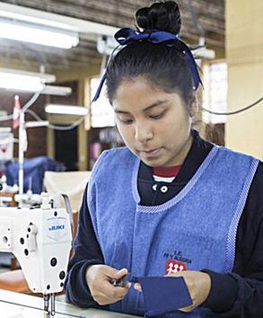 Se trata de un Voluntariado Corporativo que surge de la colaboración entre nuestro grupo textil y la Fundación ENTRECULTURAS, ONG que lleva 30 años llevando educación a niños, niñas y jóvenes en países en desarrollo Entendemos que, viviendo en un mundo global, el impacto que tenemos en nuestro entorno más próximo también afecta a aquellos lugares más lejanos. Por eso, tenemos un proyecto de apoyo a comunidades latino-americanas basado en la educación textil como herramienta de mejora en la vida de mujeres en riesgo social. El proyecto Tejiendo Futuros Se inició en 2019, y se realiza de la mano de la ONG Entrecultura. El objetivo es el apoyo a centros de educación profesional para mejorar la calidad de los programas educativos en textil con el fin de obtener una mejor inserción laboral, mayoritariamente de mujeres del área rural. En estos últimos años, el proyecto se ha ubicado en regiones de Perú, Bolivia y Argentina, adaptándose a cada realidad y necesidad de la población beneficiaria y abarcando diferentes procesos en textil, desde actualización en creatividad y diseño hasta el corte y confección. Uno de los puntos básicos para nuestra empresa es que nuestro personal se introduzca y forme parte de este proyecto a través de la participación en un Viaje de Voluntariado Corporativo, y que fomente la transferencia de conocimientos hacia las escuelas que se apoyan. Este viaje crea unos lazos especiales con las comunidades beneficiarias potenciando aprendizaje, conocimiento y sensibilización de nuetsro personal de otras realidades sociales. Cada Año se presentan voluntarios que son escogidos en función de sus conocimientos y experiencia con el fin de formar un equipo multidisciplinar que pueda formar a los alumnos.