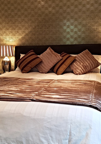 The Gold Room  Kingsize Bed