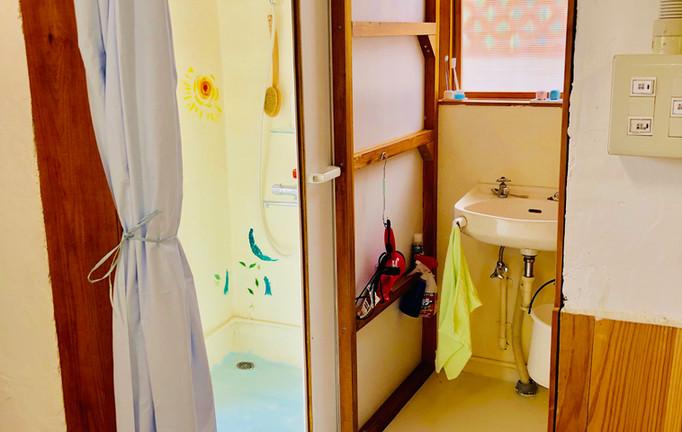 洗面室とシャワー室